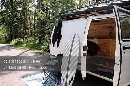 Surfboard leaning against camper van - p1192m2129156 by Hero Images