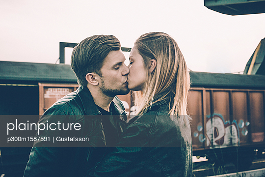 Kissing young couple - p300m1587591 von Gustafsson