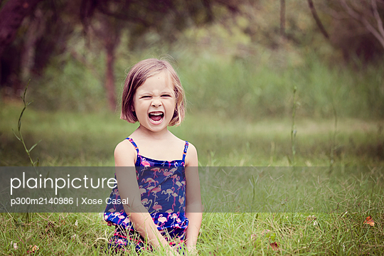 Portrait of screaming little girl on a glade - p300m2140986 by Xose Casal