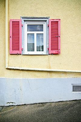 Haus mit altmodischen Fensterläden - p982m2126819 von Thomas Herrmann
