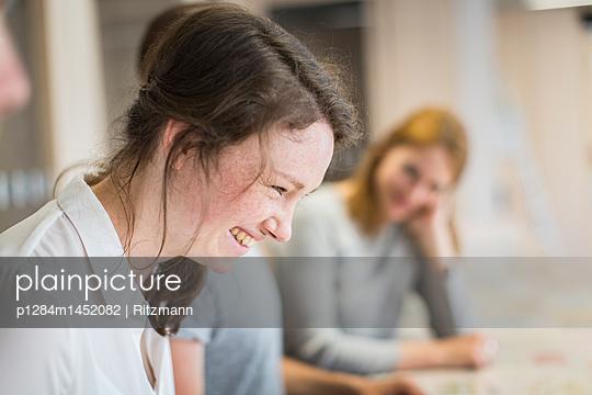 Gruppe Studierende in einem Seminar - p1284m1452082 von Ritzmann