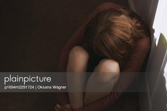 Trauriges junges Mädchen - p1694m2291724 von Oksana Wagner