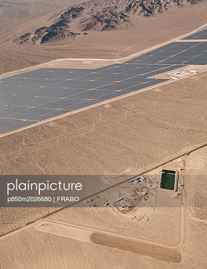 Solaranlage in der Wüste - p850m2026680 von FRABO