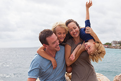 Glückliche Familie im Urlaub - p045m2028267 von Jasmin Sander