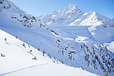 Austria, Tyrol, Kuehtai, couple skiing in winter landscape - p300m1588015 von Christian Vorhofer