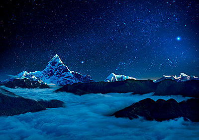 Starry sky over sea of clouds and mountains, Pokhara, Kaski, Nepal - p343m2028882 by Per-Andre Hoffmann