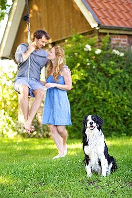 Verliebtes Paar mit Hund - p606m933922 von Iris Friedrich