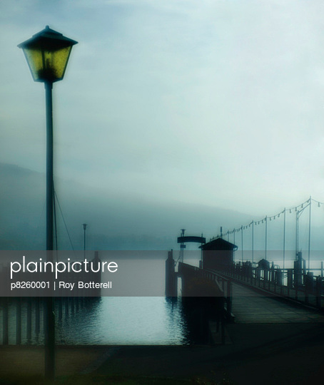 Fährhafen im Nebel - p8260001 von Roy Botterell