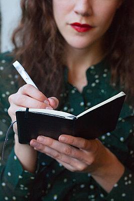 ins Notizbuch schreiben - p045m1510483 von Jasmin Sander