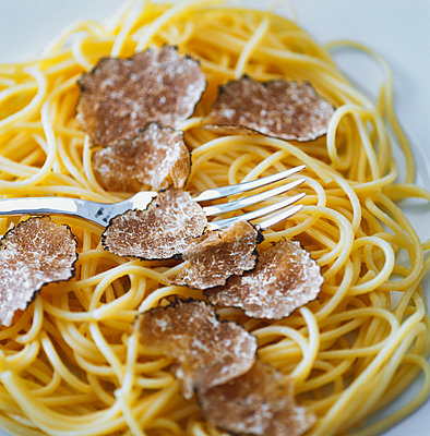 Spaghetti with truffle - p1053m2168310 by Joern Rynio