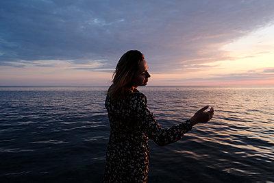 Frau am Meer - p1363m2134663 von Valery Skurydin