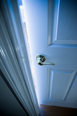 Close up of handle on open door - p555m1453364 by REB Images