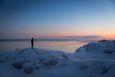 Mann im Schnee und Eis - p718m1051298 von Arne Landwehr