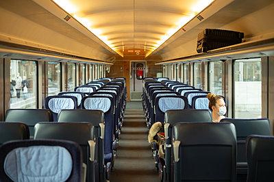 Reisende im Intercitywagon - p741m2254124 von Christof Mattes