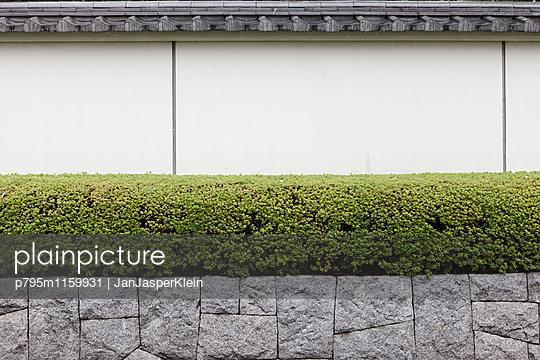 Gartenmauer in Japan - p795m1159931 von Janklein