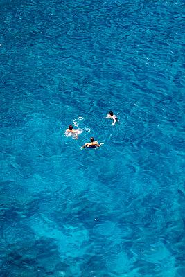 Urlauber baden im Meer - p1032m1466376 von Fuercho