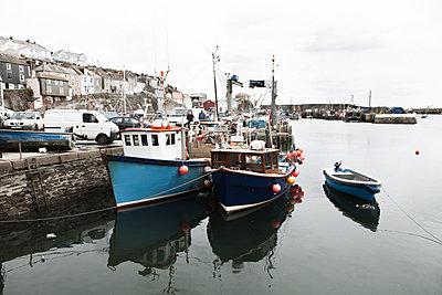 Fischerboote im Hafen - p1090m1159920 von Gavin Withey
