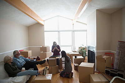 Parents taking a break, helping lesbian couple moving into new house - p1192m1560014 by Hero Images