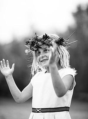 Portrait of a girl celebrating Midsommer - p1635m2237745 by Amanda Witt