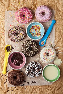 Different donuts on paper - p300m1129916f von Valentina Barreto