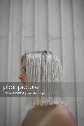 Junge Frau mit platinblonder Frisur - p552m1564904 von Leander Hopf
