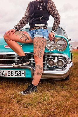 Frau mit tätowierten Beinen vor Chevi - p045m2007870 von Jasmin Sander