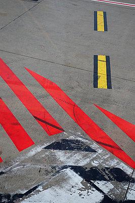 Markierung auf dem Rollfeld - p1189m1067909 von Adnan Arnaout
