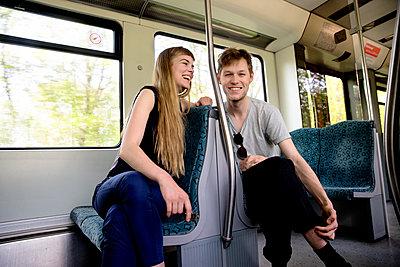 Junges Paar in der Bahn - Lachend - p1212m1138826 von harry + lidy
