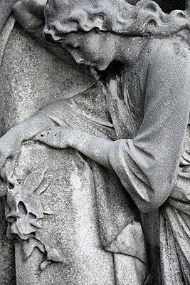 Weibliche Steinfigur auf einem Grab - p1248m1526414 von miguel sobreira
