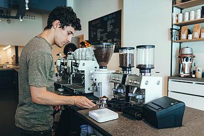 Barista preparing coffee in a coffee bar - p300m2012918 von Oriol Castelló Arroyo
