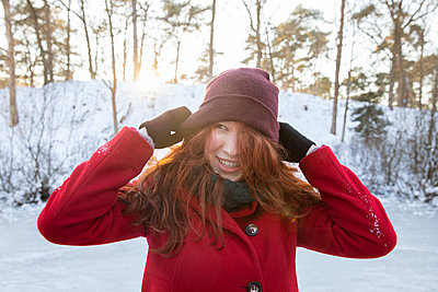 Happy woman wearing knit hat during winter - p300m2287405 by Frank van Delft