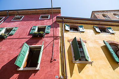 Italy, Lake Garda, Lazise, colorful house fronts - p300m965498f by Sandra Rösch