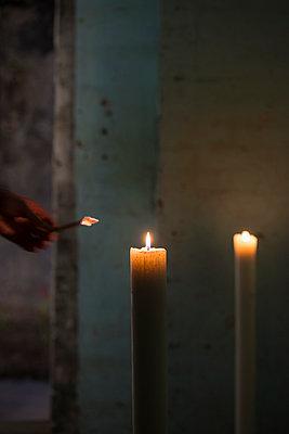 Kerzen anzünden - p335m1041627 von Andreas Körner