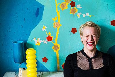Bunte Wand und lachende Frau - p858m2111083 von Lucja Romanowska