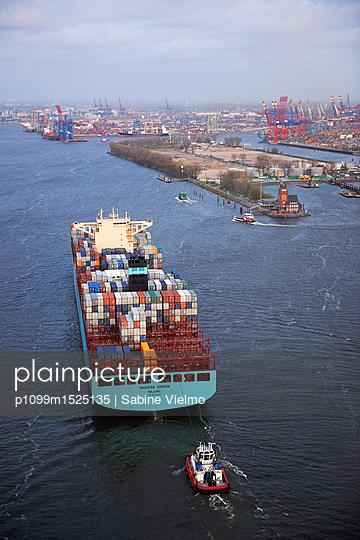 Containerschiff auf der Elbe bei  Anfahrt in den Hafen Hamburg  - p1099m1525135 von Sabine Vielmo