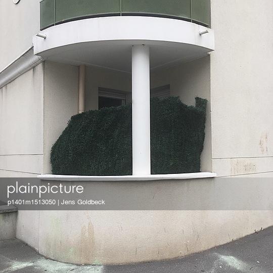 Balkon überwuchert mit Pflanzen - p1401m1513050 von Jens Goldbeck