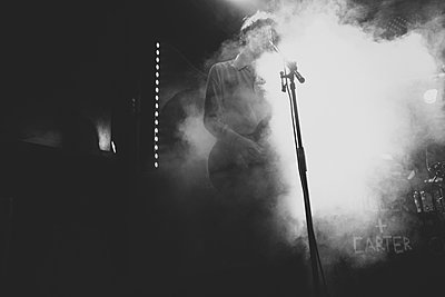 Musiker im Nebel - p1345m1194825 von Alexandra Kern
