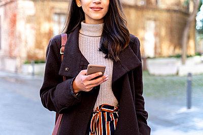 Barcelona, Spain. Young woman commuting. University, student, working, job, commute, indian woman, indian, hindu, publict transport, city, cosmopolitan, susteintable - p300m2166184 von VITTA GALLERY