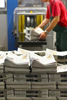 Employee in a printing shop preparing shipment - p300m949052 by Sten Schunke
