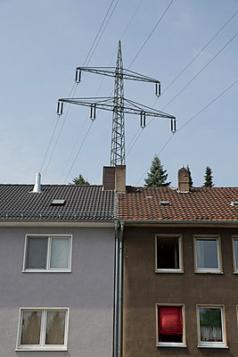 Stromast über einem Haus - p497m1008390 von Guntram Walter