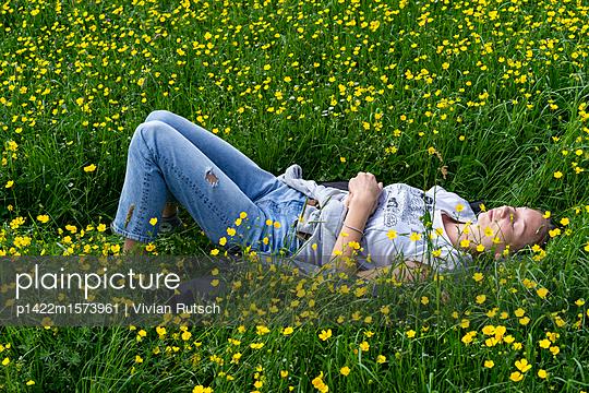 Junge Frau in Blumenwiese - p1422m1573961 von Vivian Rutsch