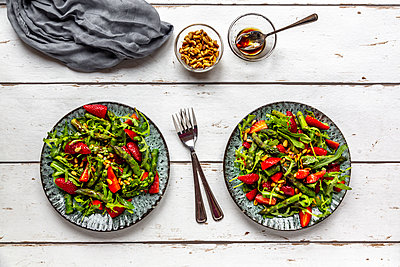 Salad of green asparagus, rocket, strawberries and pine nuts - p300m1587147 by Sandra Roesch