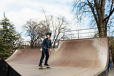 Boy skateboarding in skate park - p312m1495537 by Susanne Kronholm