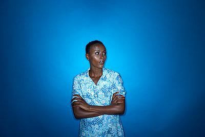 Afrikanerin mit verschränkten Armen, Porträt - p427m1466242 von R. Mohr