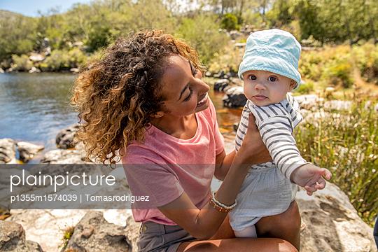 Porträt Babysitter und Baby - p1355m1574039 von Tomasrodriguez