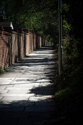 Desolate and dark empty back alleyway - p1047m2073075 by Sally Mundy