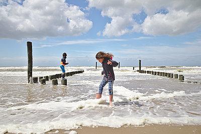 Kinder am Strand - p1231m2098867 von Iris Loonen