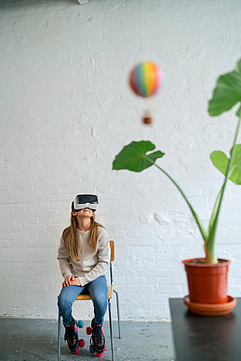 Girl with VR glasses and hot-air balloon in office - p300m2155237 by Gustafsson