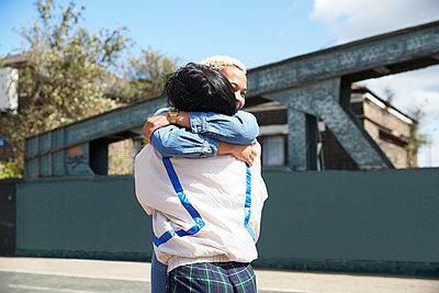 two women embracing, London, UK - p300m2290738 von Pete Muller