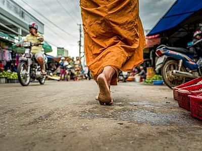 Füße eines buddhistischen Mönchs - p393m1452264 von Manuel Krug